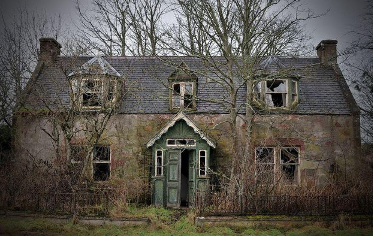картинка заброшенного дома призрака наклейку про