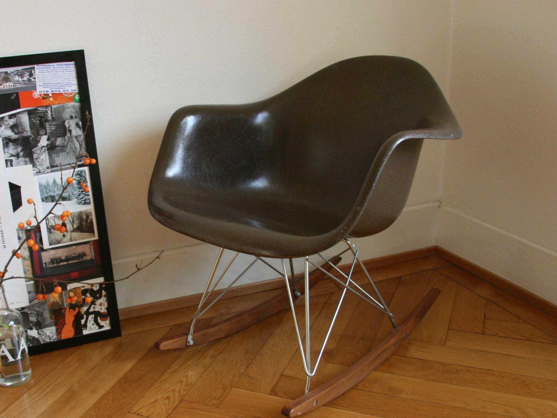 eames chocolate rocking chair, der Name sagt es schon. Die Farbe ist in tiefem braun, wie Schokolade:) www.freigeist-design.ch