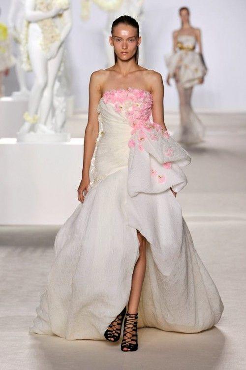 Vestido de gala en color blanco con flores en color rosa para una ...