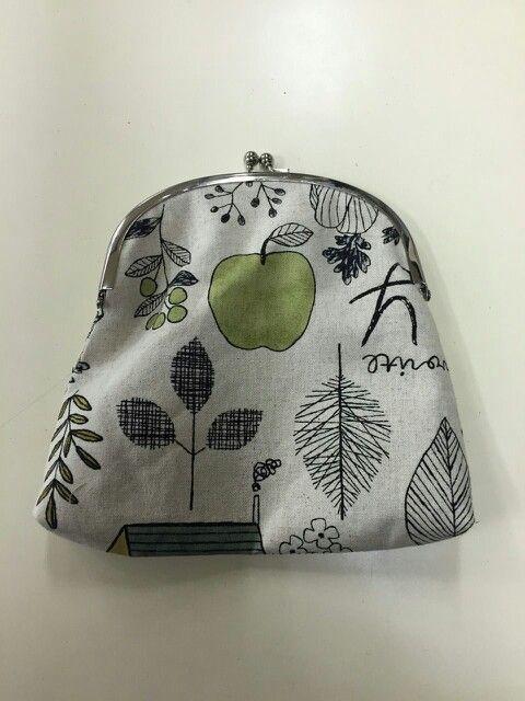 授業で作ったがま口✧ りんご(梨?)がイイ感じに真ん中にきて嬉しいです(๑´∀`๑)