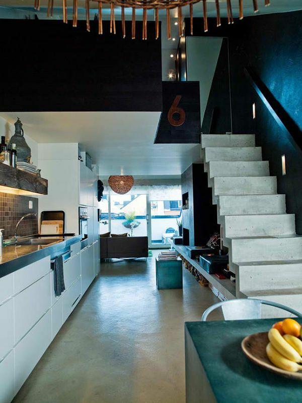 Dachwohnung Einrichten Weiße Küche Versteckte Beleuchtung Treppe