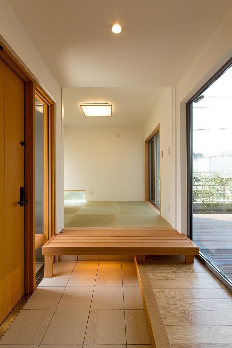玄関は 離れ 的な和室とリビングをつなぐ渡り廊下の役割を持ってい