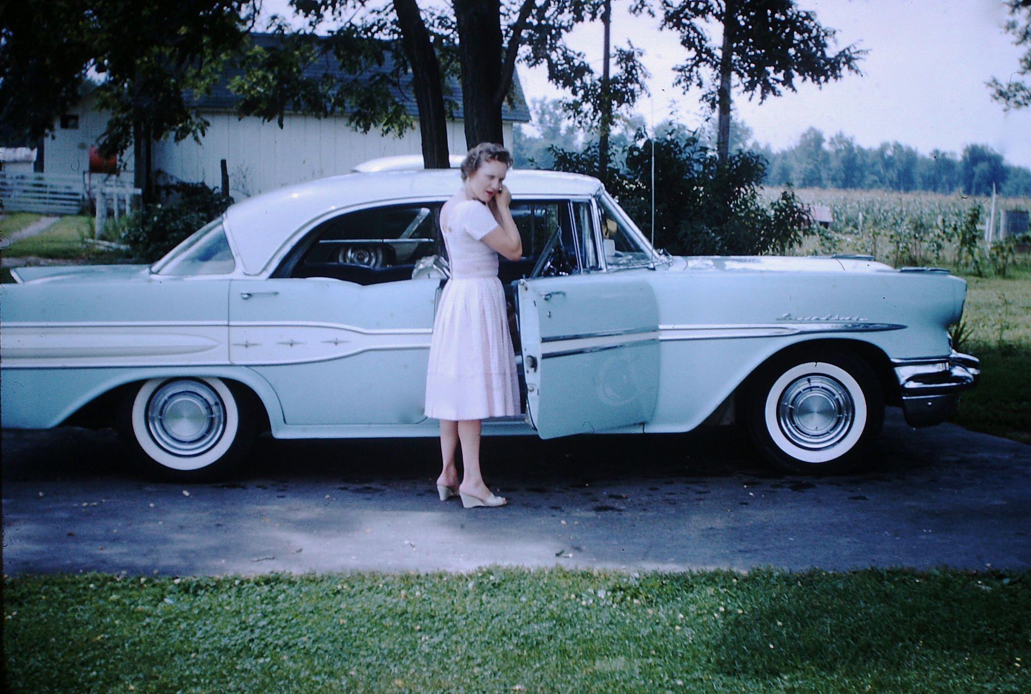 Found Photo - Vintage Pontiac   Cars