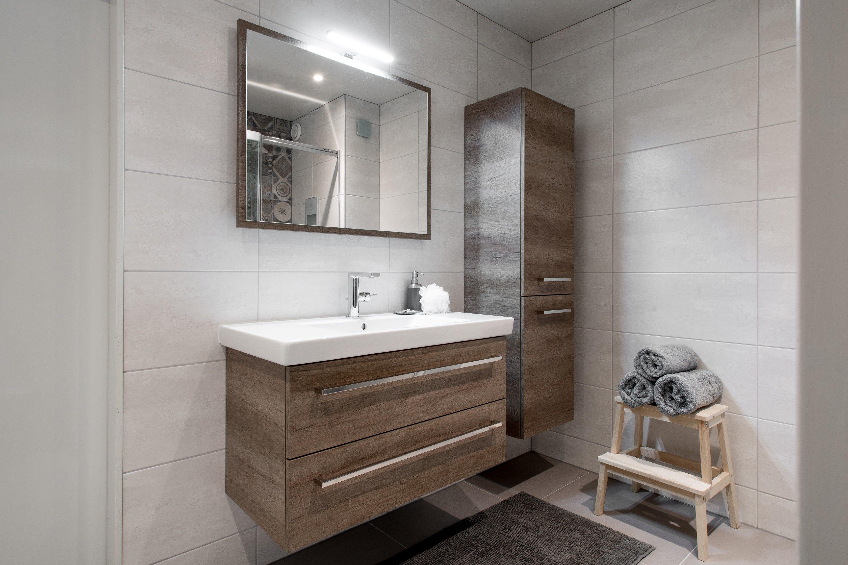 Warme landelijke badkamer houten wastafelonderkast sunshower