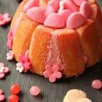 Nous sommes en pleine saison des Fraises, et comme la Fraise est mon fruit préféré, autant dire que je ne lésine pas sur les desserts aux Fraises !  Pour ce dessert, des Fraises oui, mais pas seulement ! Aussi des Fraises Tagada Roses qui Pik ! :)