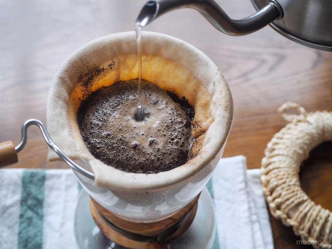 ネルドリップにお湯を注いでいるところ ドリップ コーヒー おいしい