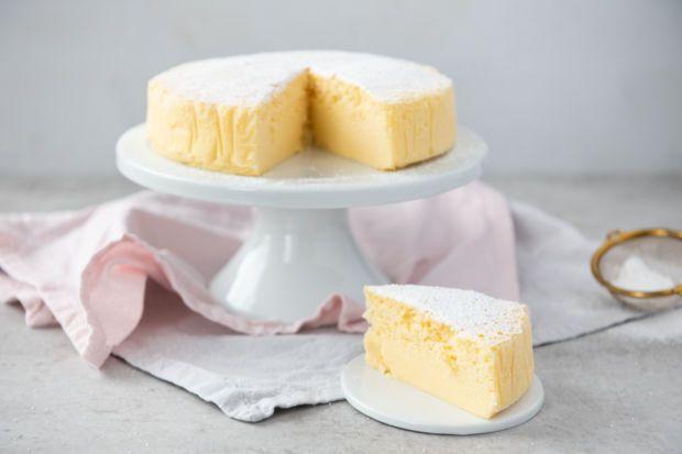 Ein Kuchen, der aus nur wenigenZutaten besteht und beimBacken groß und luftig wird?Das kann nur der japanische Käsekuchen sein, der derzeit durch das Web geistert. Wir haben das Trend-Rezept für dich! #japanischerkäsekuchen