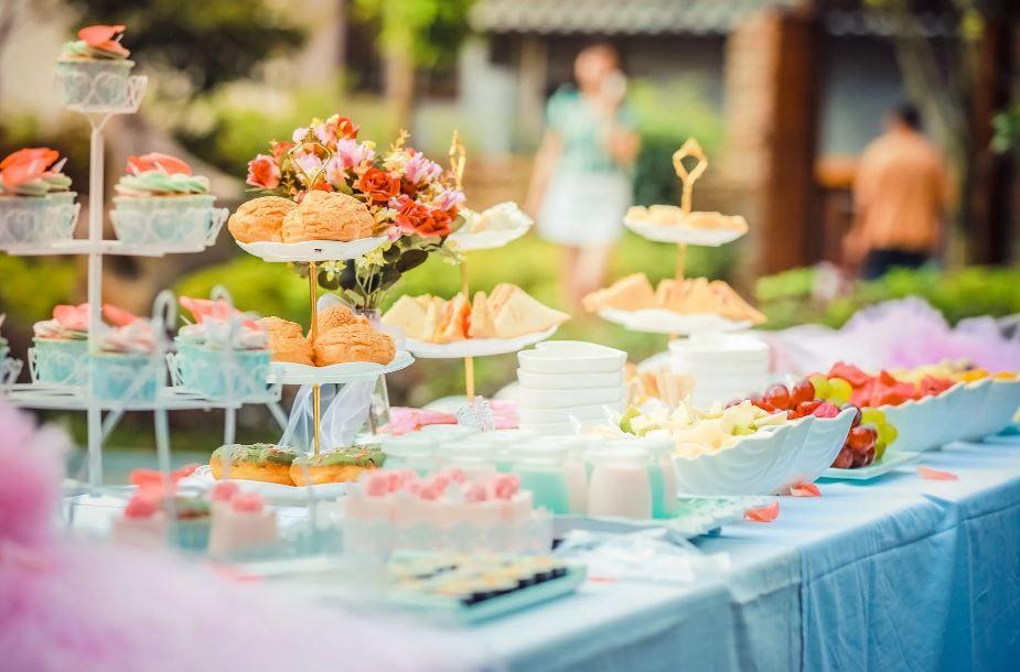 أفكار طاولات استقبال مواليد واقتراحات مميزة لحفلة رائعة ألوانز Wedding Catering High Tea Bridal Shower Diy