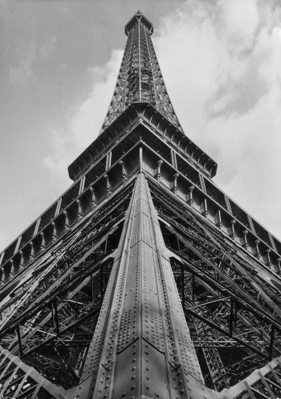 black and white old phots   vintage everyday: Black and White Vintage Photos of Eiffel Tower