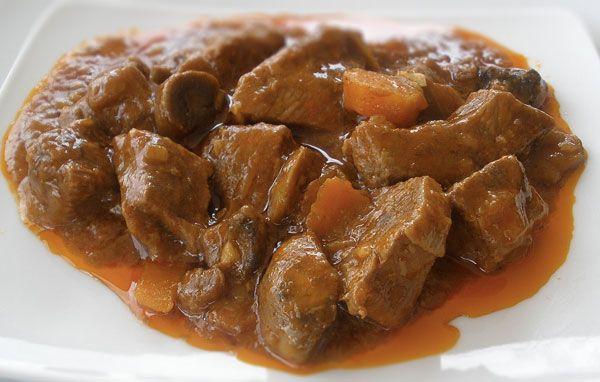 La carne con tomate es una receta típica del sur y seguro que será del agrado de vuestros hijos. Esta es una receta que combina carne con vegetales y que a