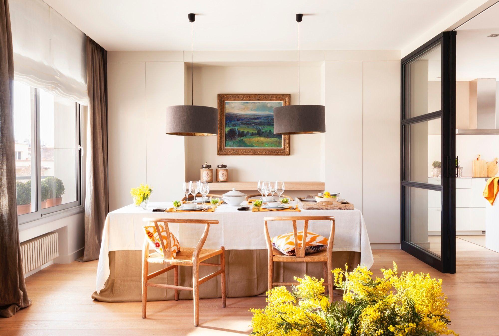 Comedor con dos lámparas de techo y puertas correderas acristaladas ...