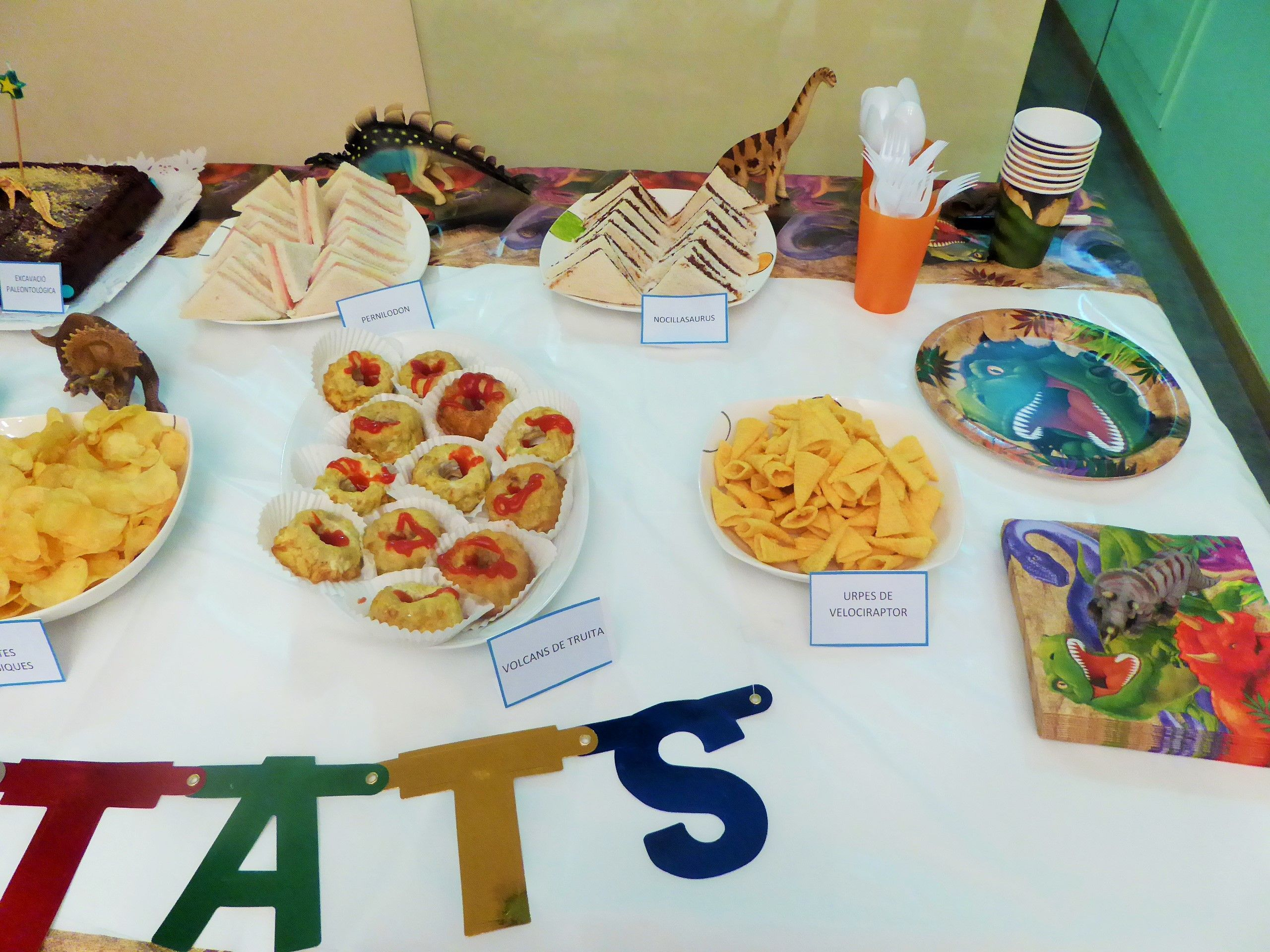 Our very own dinoparty: Table detail with velocirraptor claws, omelette volcanos, nutellasaurus and hamsaurus sandwitches