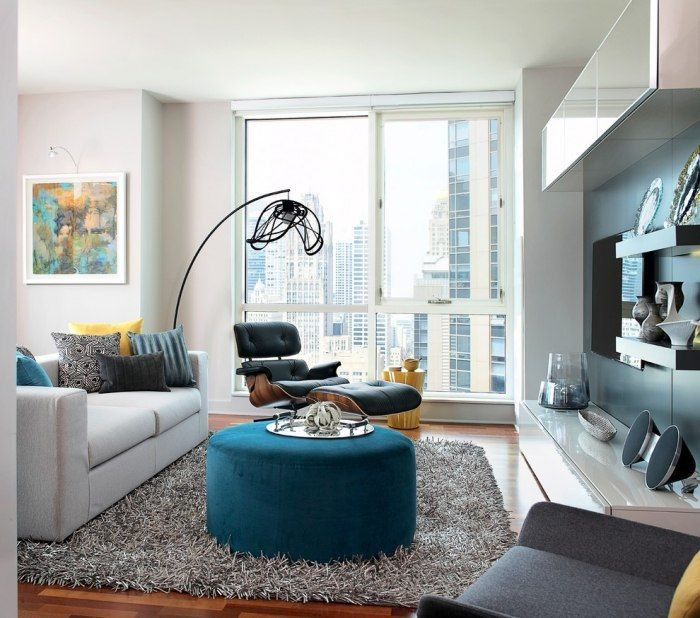 einrichtungsideen f r wohnzimmer moderne standleuchte aus metall couchtisch gepolstert in der. Black Bedroom Furniture Sets. Home Design Ideas