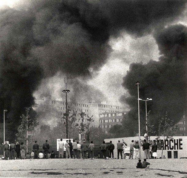 Octobre 1990-Émeutes violentes à Vaulx-en-Velin  : affrontements habitants policiers, voitures incendiées, dégradations de bâtiments publics et, fait nouveau, pillage d'un centre commercial.