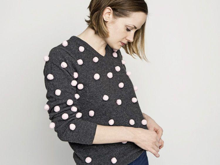 Tutoriale DIY: Cómo adornar un jersey con pompones vía DaWanda.com