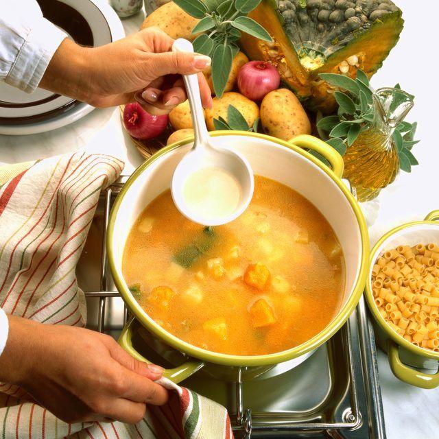 Servido caliente o frío, un cuenco de sopa de tu cocina siempre es bienvenido. Tus invitados te imaginarán parada al lado de una olla de sopa, revolviendo adorablemente con una cuchara de madera. Aquí hay unas ideas de sopas para ayudarte a entregar amor sin tanto esfuerzo.