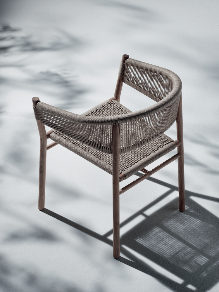 Kilt dining armchair with frame in teak and upholstery in a comfortable flat rope. Designed by Marcello Ziliani for Ethimo.  #Ethimo #Outdoor #OutdoorDesign #OutdoorFurniture #OutdoorLiving #Luxury #ArredamentoOutdoor #Pool #Garden #LoveDesign #Archilovers #Relax #OutdoorChairs #DesignChairs #SedieOutdoor #SedieDesign #OutdoorLivingSpace #Inspiration  mercoledì