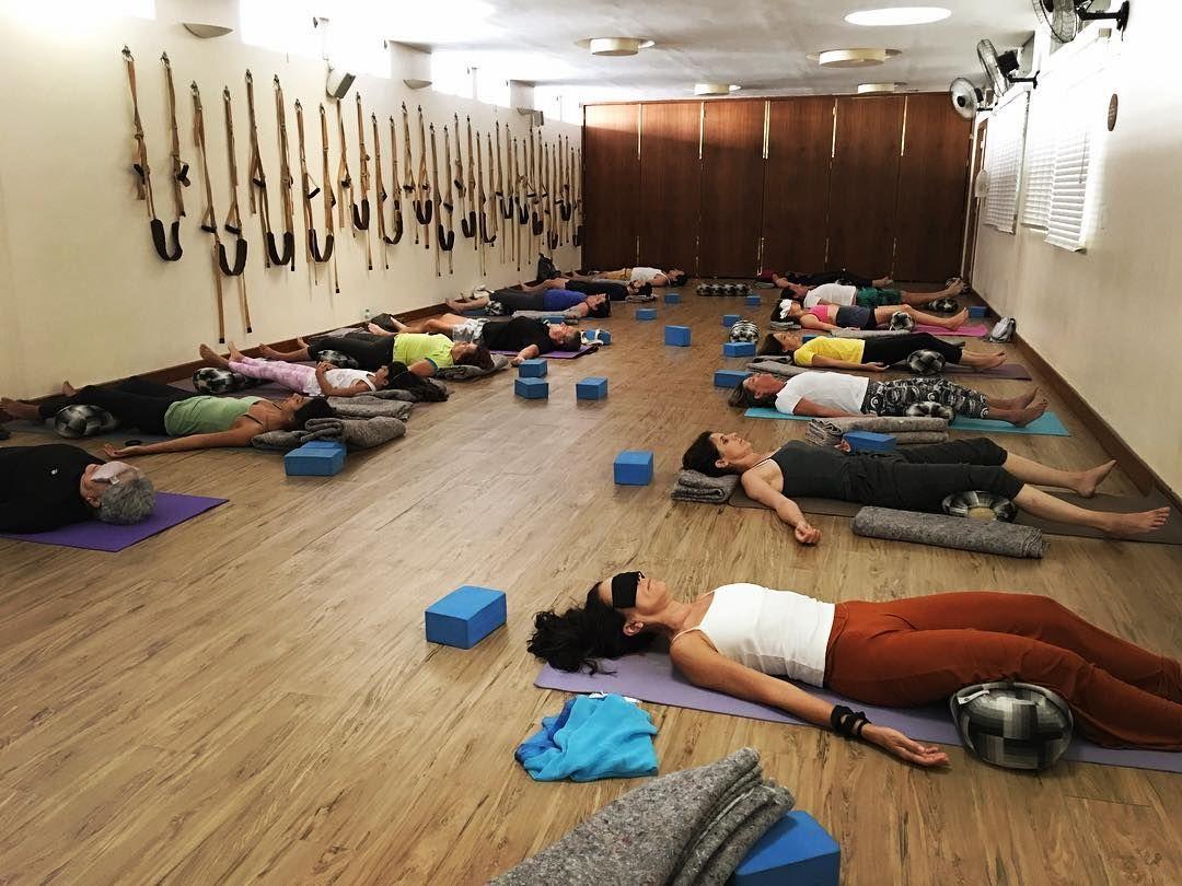 Aula de Yoga restaurativo no Espaço Nirvana. Estou adorando dar essas aulas!  Segunda-feira às 16:30 tem mais uma  #LiaCaldasYoga #Yoga #EspacoNirvana #EspaçoNirvana