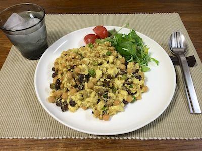 スクランブルエッグもどき ひよこ豆とレンズ豆とエンドウ豆をベースに刻み焼き茄子と木綿豆腐で、見かけスクランブルエッグの実は豆の豆腐寄せを作りました。味は白味噌、色はターメリック