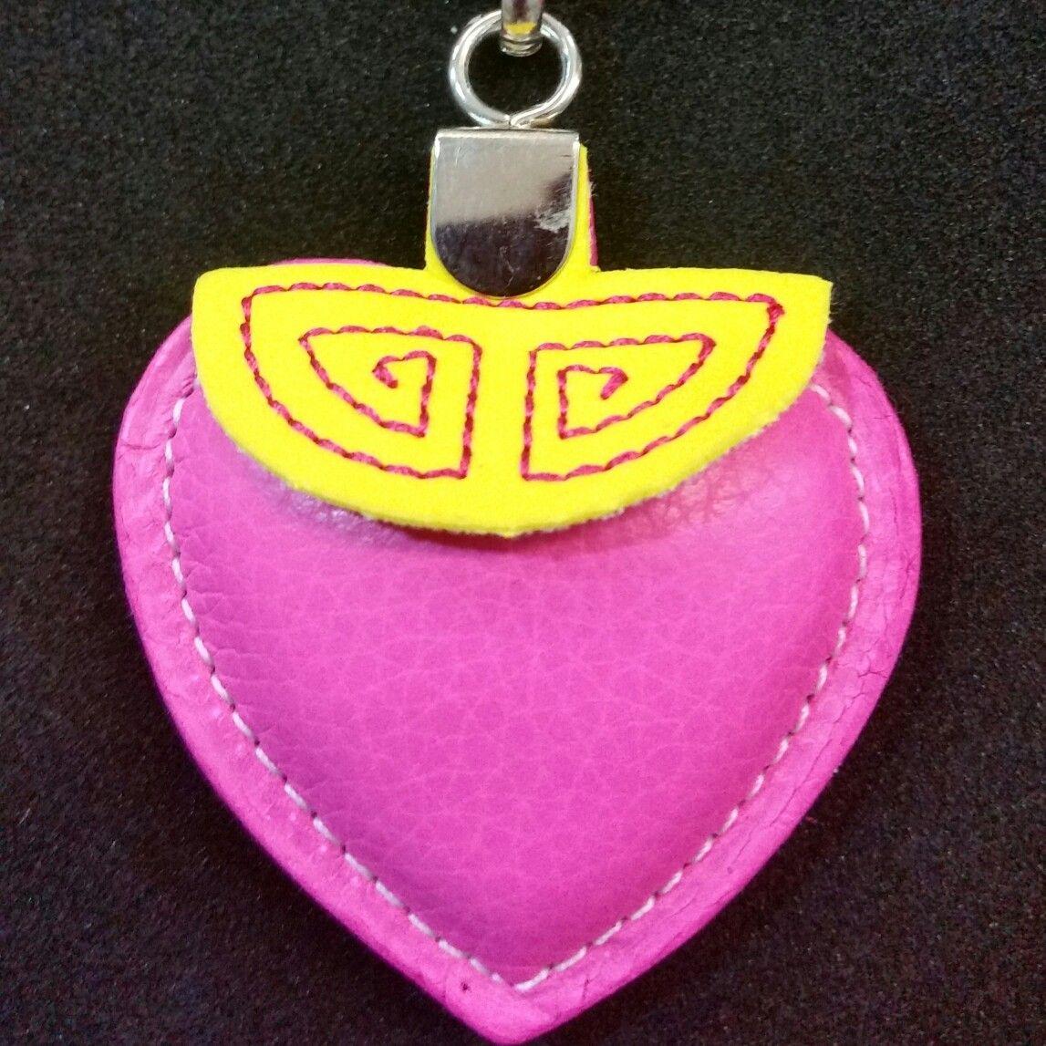 Llavero con forma de corazón con esclavina, en piel. Disponibles en nuestra tienda Mastoro.es