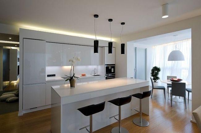 AuBergewohnlich Moderne Küche Weiß Hochglanz Schwarze Barhocker Pendelleuchten