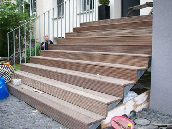 treppe aus feuerverzinktem stahl mit belag aus banghirei holz stair pinterest treppe. Black Bedroom Furniture Sets. Home Design Ideas