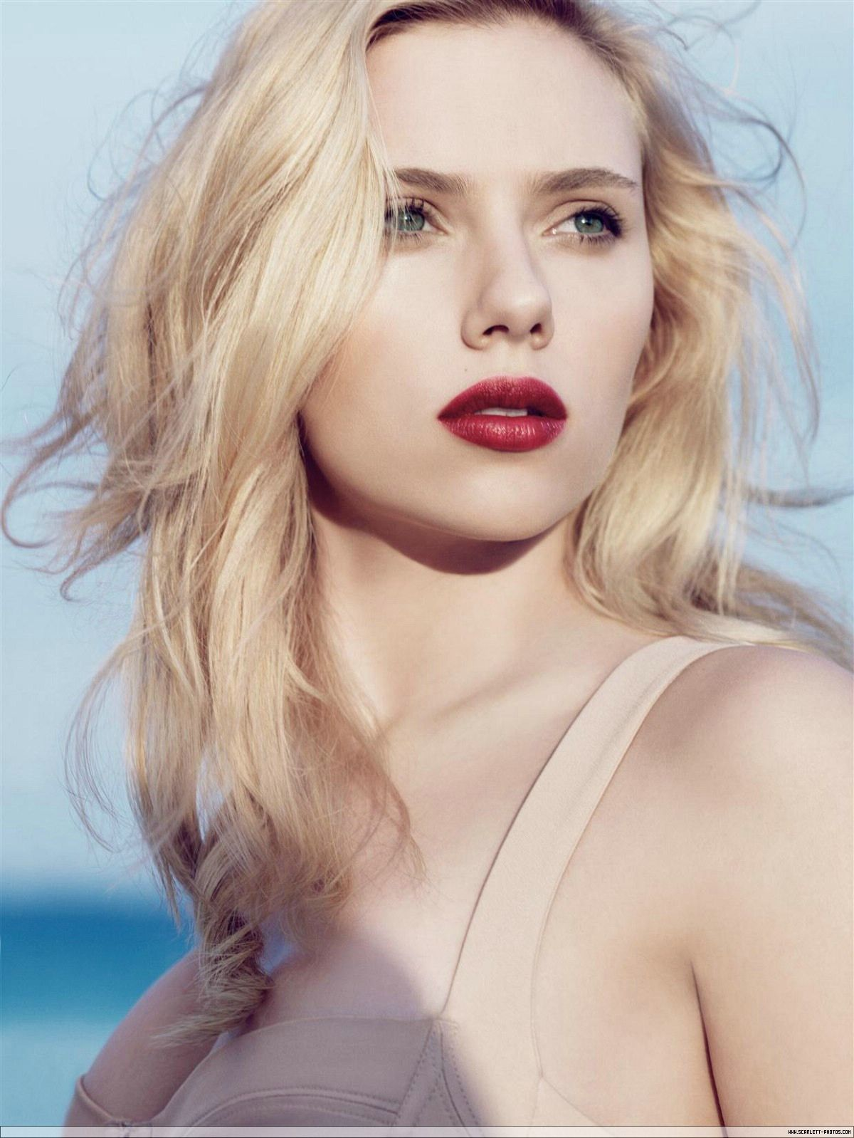 Scarlett Johansson Blonde Blue Eyes And Red Lips With Simple