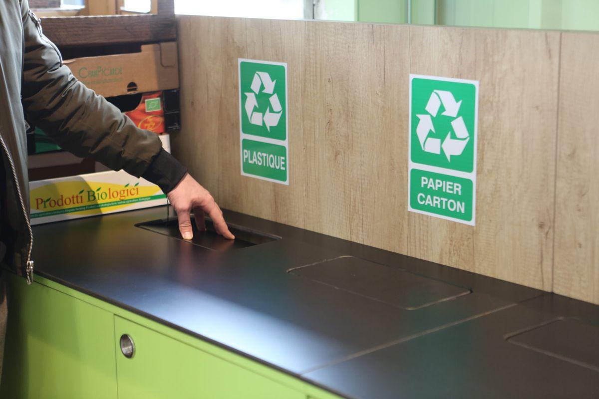 Agencement Meuble Recyclage Les Comptoirs De La Bio Frejus En 2020 Meuble Recyclage Papier Carton Mobilier De Salon