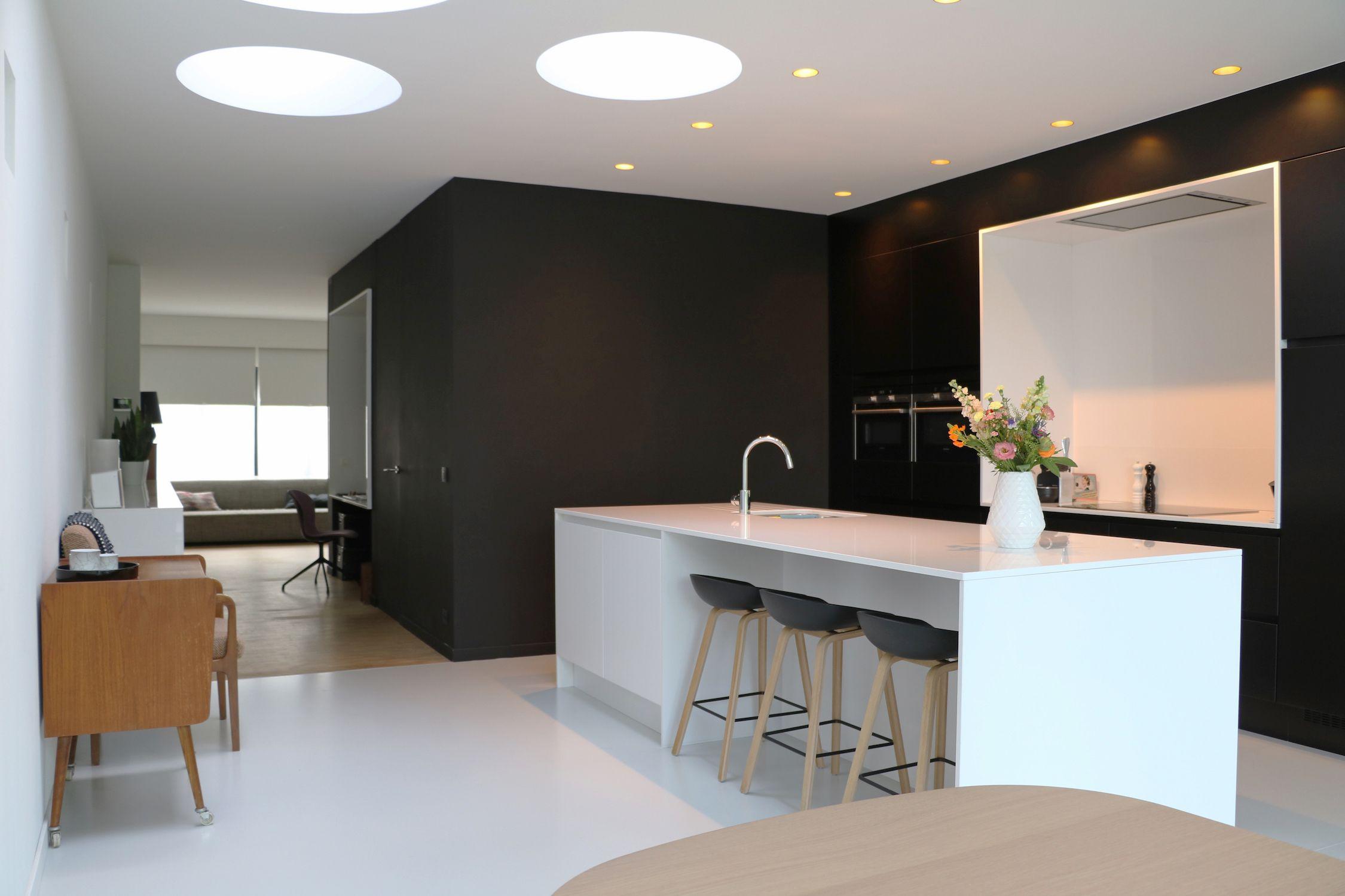 Gietvloer Kitchens Keuken : Gietvloer keuken zwart wit vintage ronde koepels hvh architecten