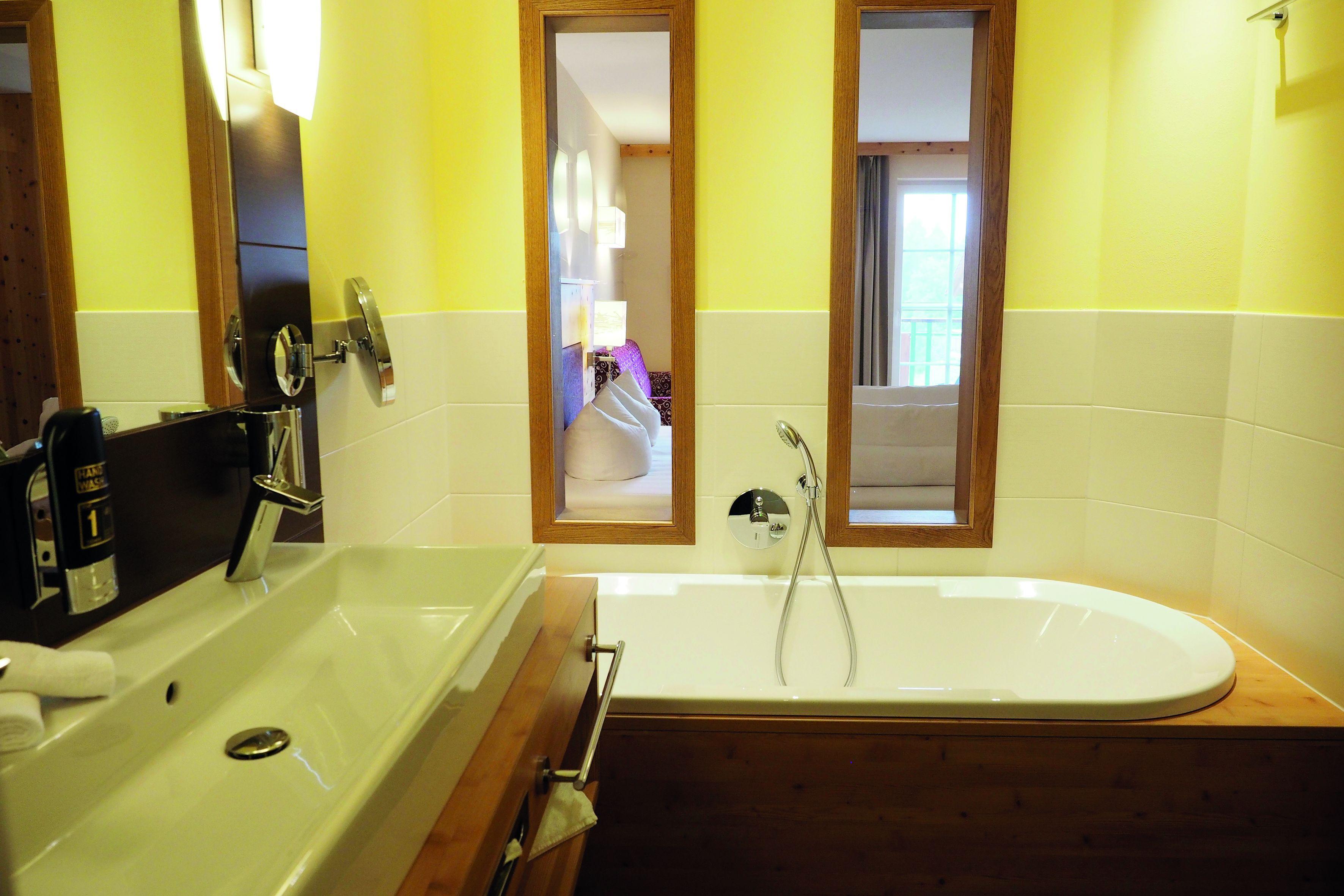 Badewanne In Der Stemp Suite Mit Kleinen Fenstern In Den Schlafraum Kleine Fenster Luxurioses Zimmer Schlafraum