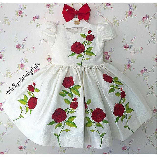 Vestido no Jacquard com aplicações de rosas, Dolce e Gabbana Inspired!! Vocês pediram e nós pedimos ele pra vocês!! Garantam já o da sua princesa, esse vestido é de arrasar!!  Disponível nos tamanhos 1, 4, 6 e 8 anos!  Loja baby e kids  Av. C-264, n 1552, loja 2, St. Nova Suíça! Goiânia - GO WhatsApp: (62) 8189-1054 ☎️Loja Física: (62) 3922-0052 ✈️Shipment to worldwide ✈️  Horários de atendimento, loja física e WhatsApp: Segunda á sexta-feira: 9:00 às 18:00 horas; Sába...