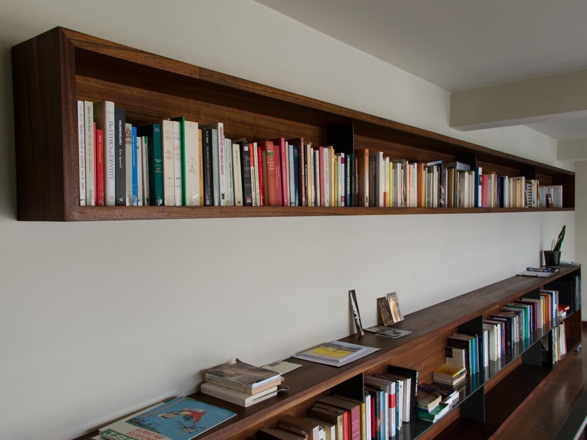 hangende boekenkast in massief hout