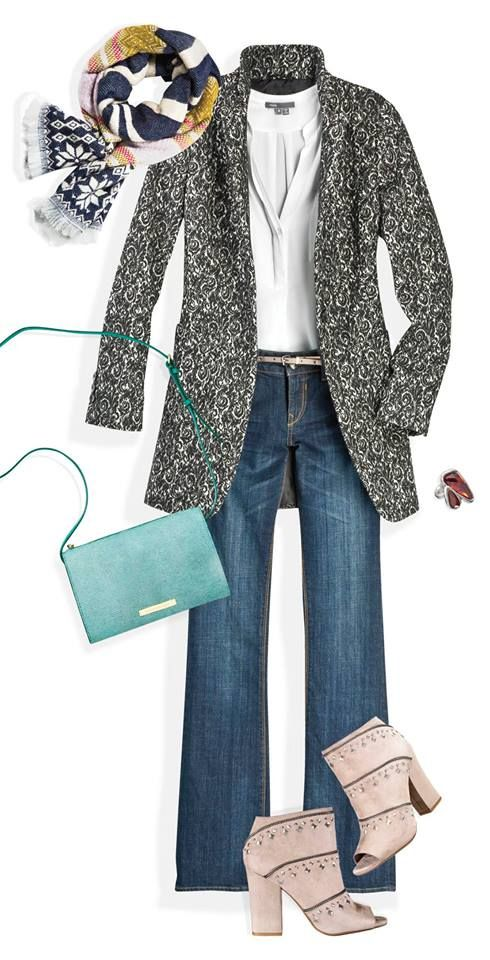 Un abrigo de corte masculino se ve increíble con una textura garigoleada. Puedes contrastarlo con prendas de color sólido o con un foulard estampado.