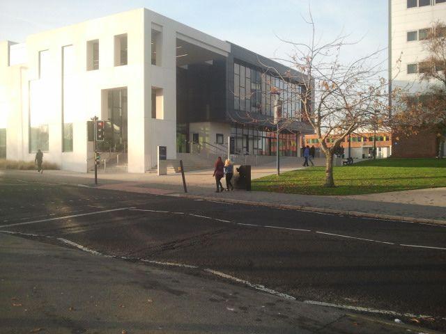 """Sylwester (Law and Drama) przesyła fotki i opinię o University of Sunderland, dzięki!  """"Jestem zadowolony ze studiowania w Sunderland. Grono wykładowców jest bardzo przyjazne, a większość spraw możemy załatwić dosłownie w kilka minut. Pomoc dla studentów jest rozwinięta na bardzo wysokim poziomie, każdy próbuje pomóc drugiemu jak tylko potrafi.   Kampusy, jak i wszystkie budynki są bardzo nowoczesne. Zapraszam do Sunderland! """""""