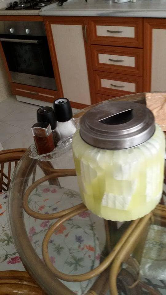 Evde pişmiş sütten peynir yapımı. Gerekli malzemeler: - 5 litre koyun sütü - 1 tatlı kaşığı peynir mayası - İri salamura tuzu - Salamura suyunun hazırlanması...