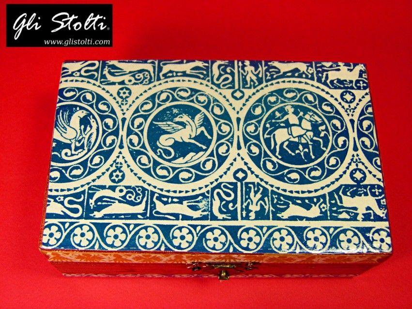 """La carta è un materiale antico che tramanda segni e simboli della nostra cultura. Ciò che siamo affonda le radici in ciò che eravamo. Scatola in legno dipinta e decorata a mano con carta artigianale fiorentina """"Federico II"""". Vai al link per tutte le info: http://glistolti.shopmania.biz/compra/scatola-in-legno-decorata-unisex-federico-ii-400 Gli Stolti Original Design. HandMade in Italy. #glistolti #moda #artigianato #madeinitaly #design #stile #roma #rome #shopping #fashion #handmade"""