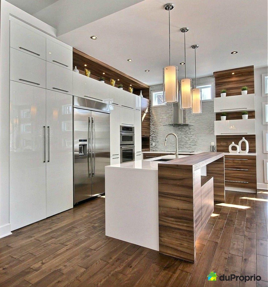 cuisine moderne de reve magnifique cuisine avec de belle armoires blanches lustrees qui vont jusqu au plafond belle ilot central a deux niveaux