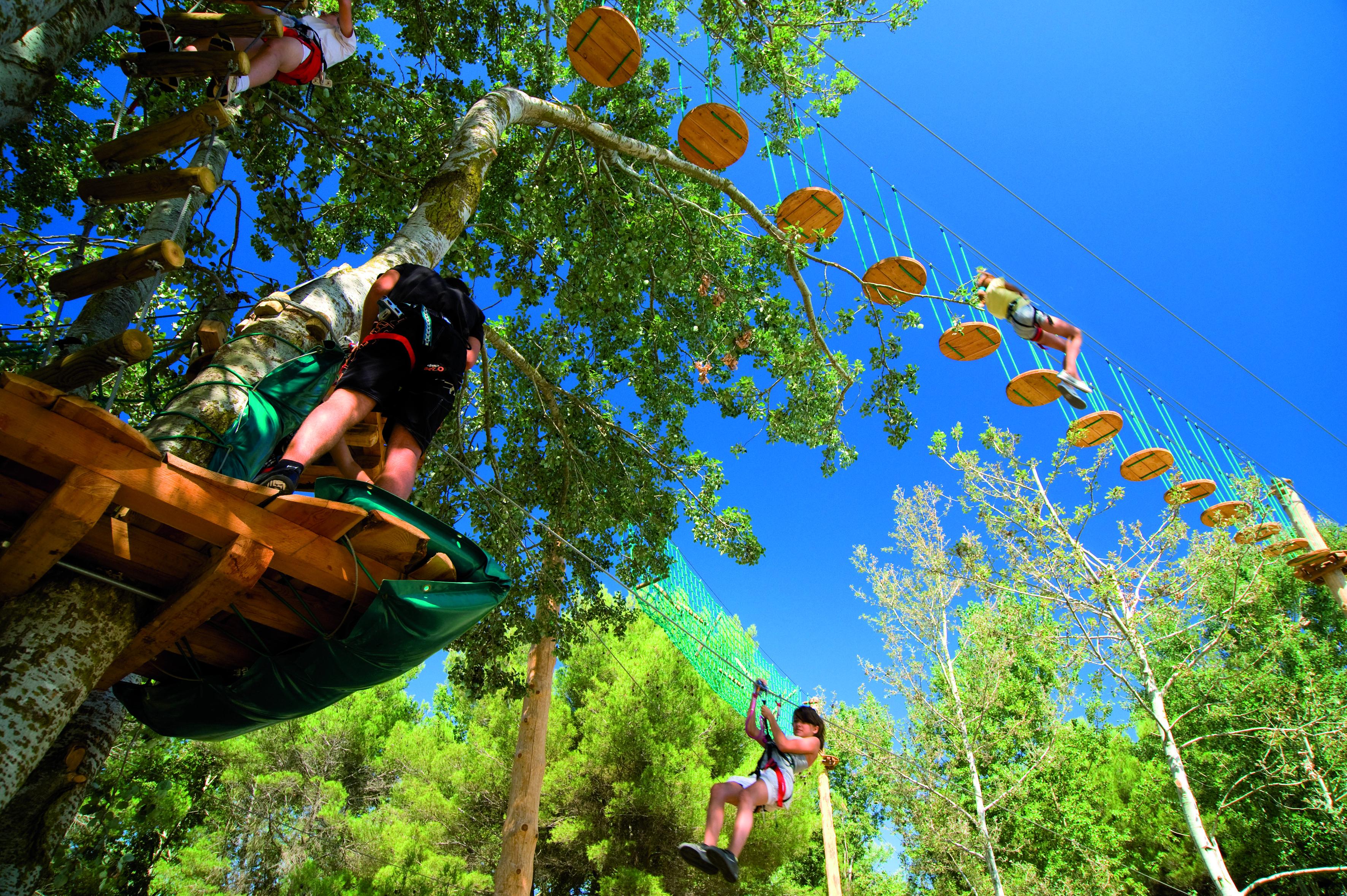 Parcours Dans Les Arbres Avec Tyroliennes Dans Les Villages Decathlon Parcours Arbre Decathlon