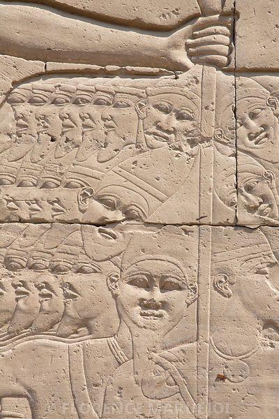 Le pharaon Thoutmosis III (1479-1425 av. J.-C.) massacre symboliquement un groupe de prisonniers attrapé par les cheveux. Temple d'Amon à Karnak, 7e pylône, Nouvel Empire, XVIIIe dynastie.