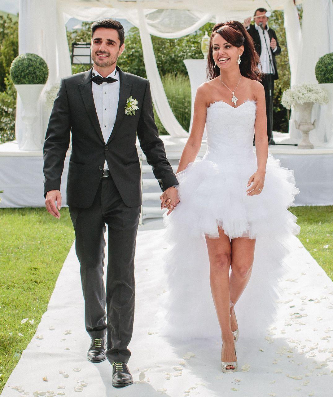 mariée dans une robe de mariée courte devant longue derrière