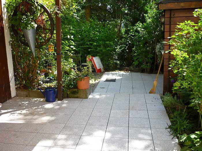 neue terrasse nach der verlegung mit granit naturstein klick platten terrassen terrassenboden. Black Bedroom Furniture Sets. Home Design Ideas