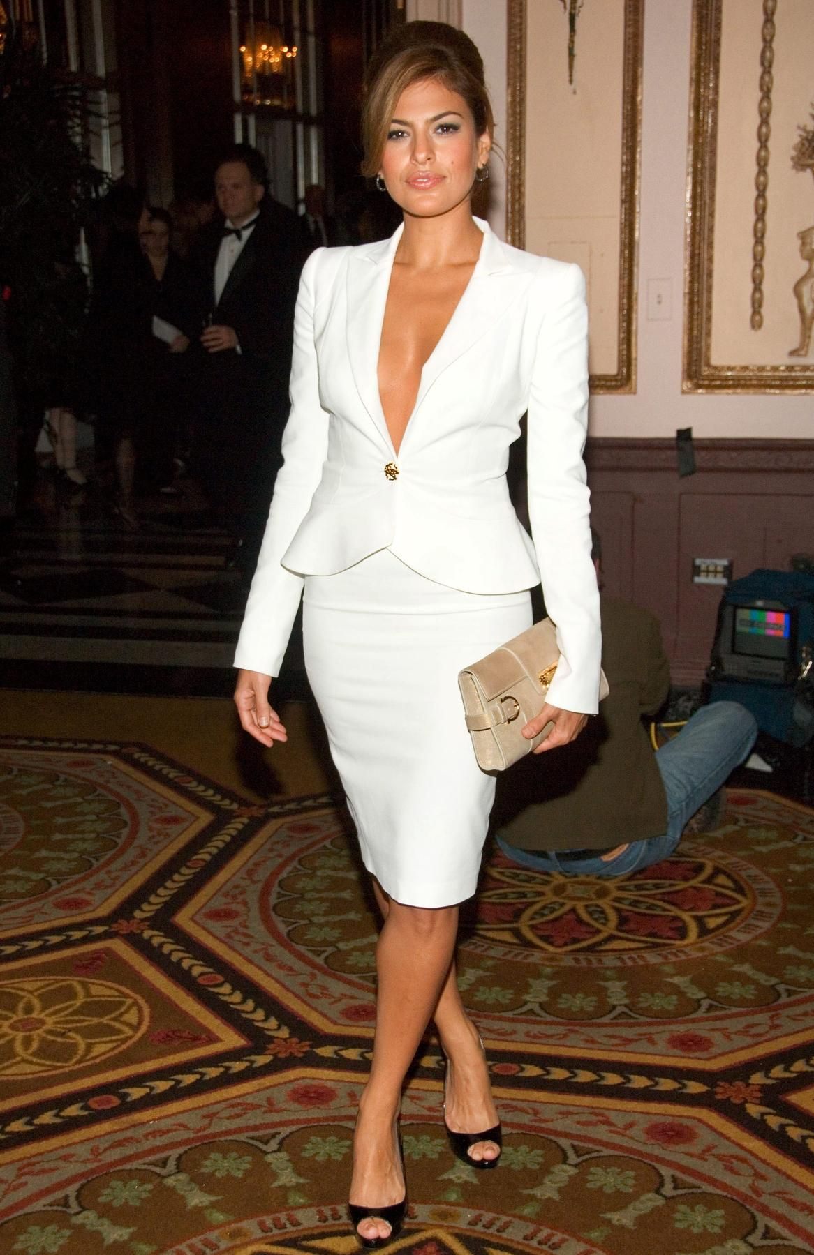 00155a0c56 Eva Mendes in a gorgeous white suit