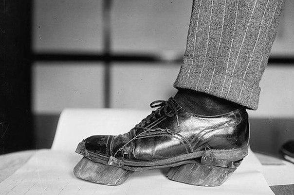 Коровьи ботинки. Обувь самогонщиков-контрабандистов, чтобы скрывать своё присутствие. 1922 г.