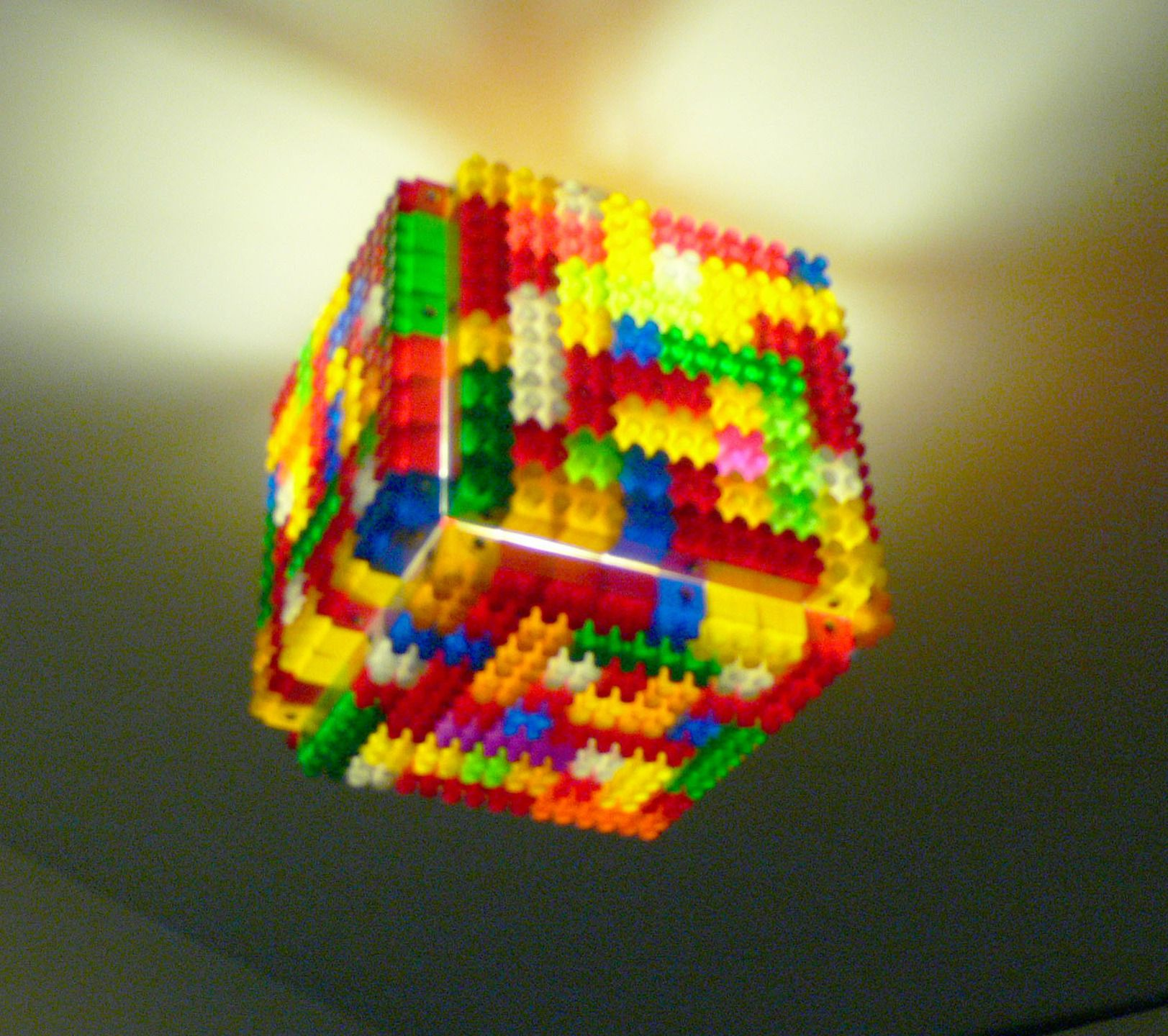 """plafonnier réalisé avec des briques de recuperation style """"lego"""