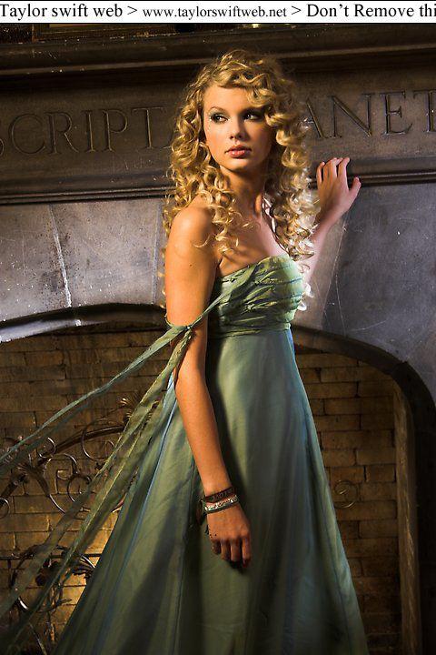Taylor Swift Album Photo Teardrops On My Guitar Music Video Photoshoot Taylor Swift Hair Taylor Swift Curly Hair Photos Of Taylor Swift