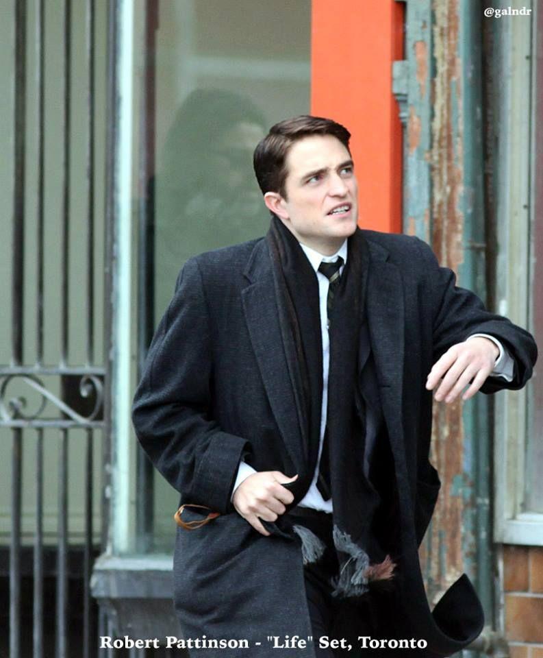Temos algumas novas fotos avulsas de Robert Pattinson no set de Life, nesta semana, quando começaram as gravações do filme.  Aproveitem a dose de Robertinol desse domingo