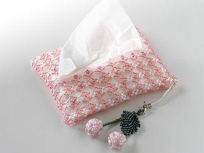 桜ピンクのビーズで編んだポケットティッシュカバーです。いつも持ち歩くポケットティッシュをお洒落に変身させます♪