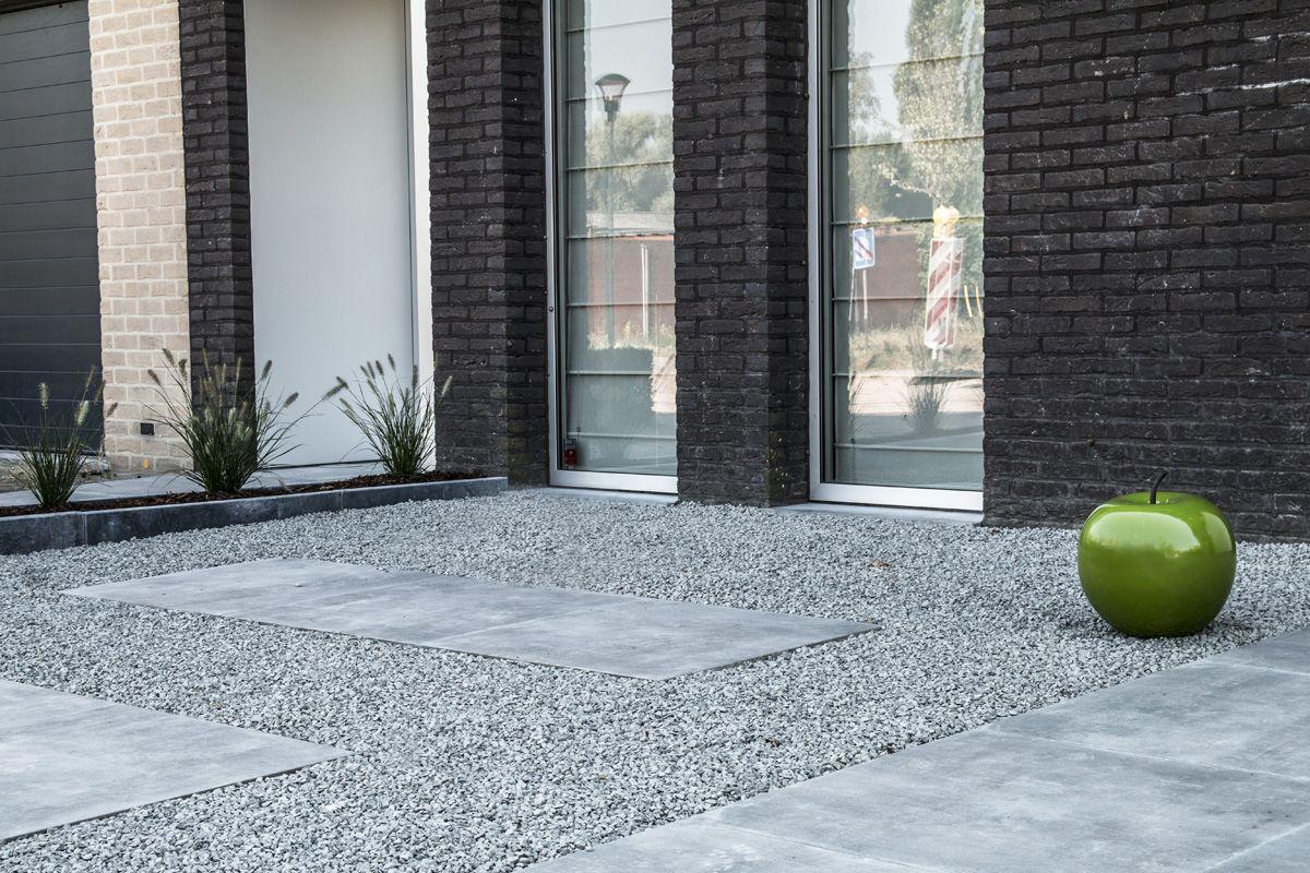Keramische Tegels Oprit.Moderne Woning Met Een Voortuin Van Siergrind En Grote