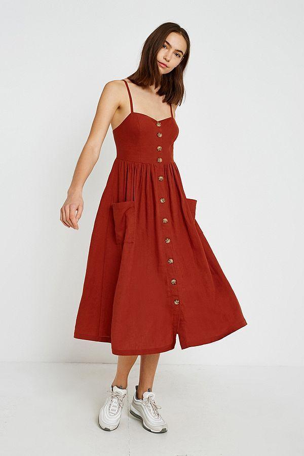 0ec02b69ff Shoppe heute noch UO Emilia Rust Button-Through Midi Dress von Urban  Outfitters. Wir haben hier alle neuesten Styles, Farben und Marken zur Wahl.