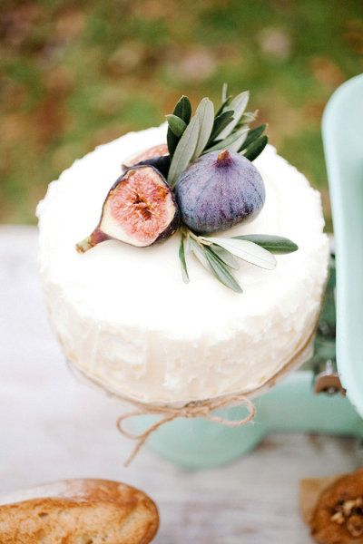 Bolo em estilo rústico decorado com figos maduros.